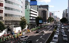 青山通りの坂道でシュプレヒコールをあげながら進む緑の長蛇の列