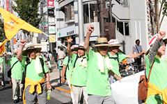 拳を上げ、声を張り上げる広島デモ隊