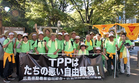 ゴール地点の代々木公園で汗だくの中、達成感を分かち合う広島デモ隊